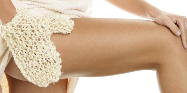 Guanto di crine: scrub fisico e massaggio anticellulite per le nostre gambe