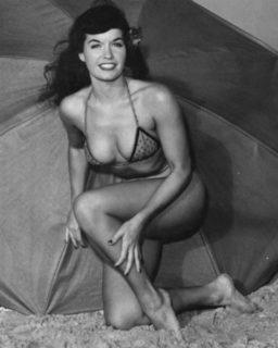 La drammatica vita dietro il sorriso di Bettie Page, la regina delle pin-up