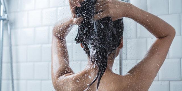 Ogni quanto lavare i capelli: le teorie a seconda del tuo tipo di chioma