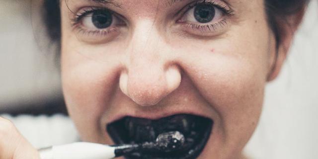 """Dentifricio al carbone: ha senso far diventare """"neri"""" i denti per sbiancarli?"""