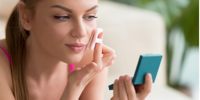Fondotinta compatto per pelle grassa: meglio in crema o in polvere?