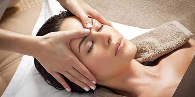Tutte le tecniche e i benefici del massaggio al viso, un toccasana per il benessere