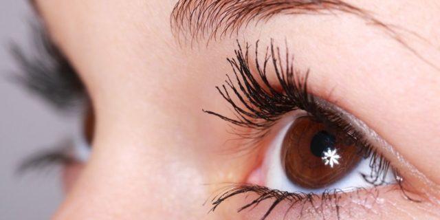 Siero ciglia, occhi in primo piano e sguardo magnetico: ecco 5 prodotti