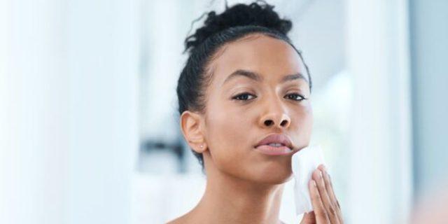 Pelle secca del viso: la corretta skincare quotidiana per prendersene cura