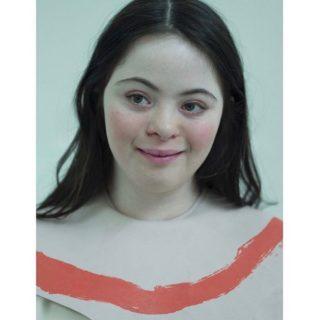 Chi è Ellie Goldstein, la prima modella con la sindrome di Down per Gucci