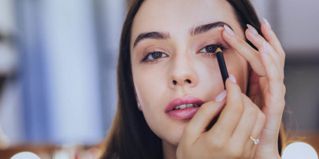 Tutti i segreti della matita occhi, il make-up che contorna lo sguardo