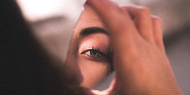 Guardarsi allo specchio e body monitoring: perché pensiamo più a piacere che piacerci