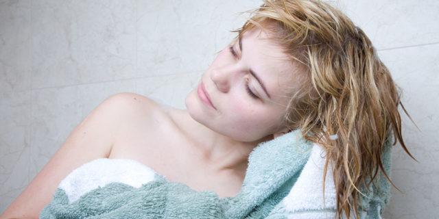 Risciacquo acido: il segreto per capelli lucidi e morbidi che non conoscevi